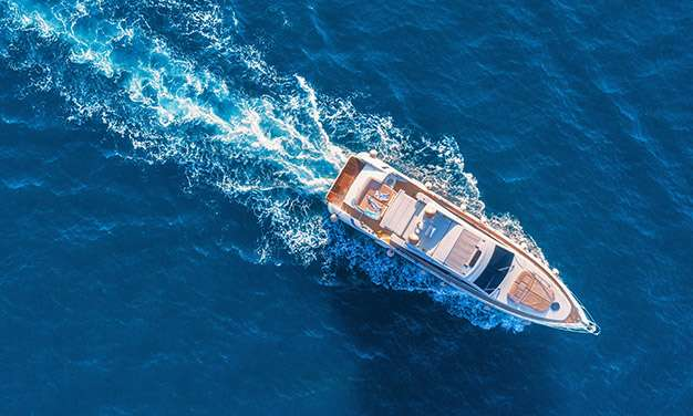 πανοραμική από σκάφος μέσα στην θάλασσα εν κινήσει