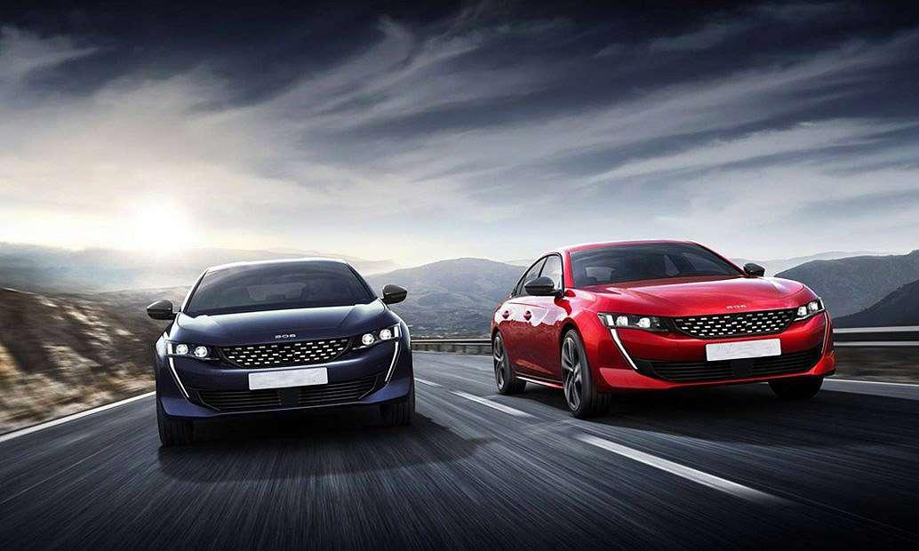 Δυο αμάξια στον δρόμο εν κινήσει το ένα μπλε το άλλο κόκκινο Λιπαντικά Αυτοκινήτων