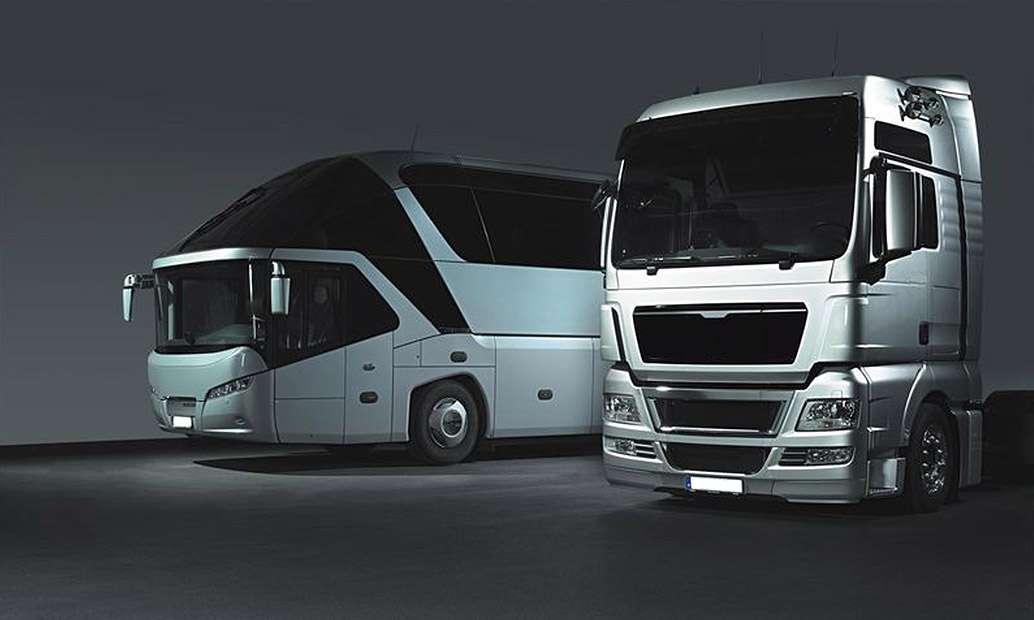 Σκοτεινή φωτογραφία με 1 φορτηγό και 1 λεωφορείο